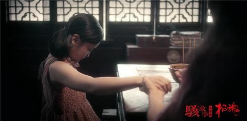 米婆用巫术给女孩治病
