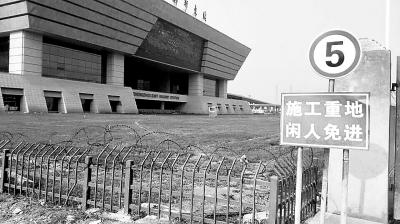 郑州东站迎客4年东广场仍未开放 乘客乘车绕远路