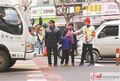 徐州大学生党员志愿者参加文明交通志愿服务