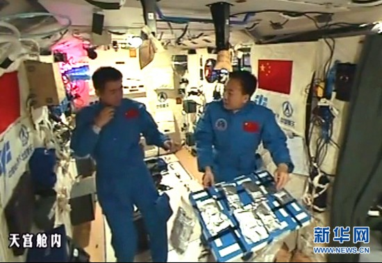 """(新华社特约记者太空日记・图文互动)中国人首次太空泡茶 航天员也能""""挑食"""""""