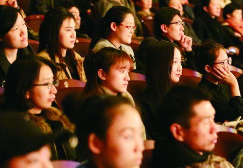北京舞蹈学院学生专心观看演出 (3)