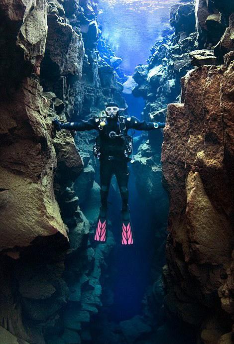 潜水员海底同时触摸亚欧和北美板块