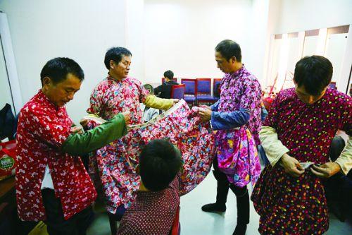 演出前的准备  本报记者 陈强 摄影 (4)