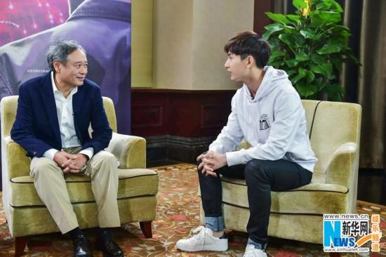成毅化身《一年级》记者向李安讨教表演 被夸眉宇英气