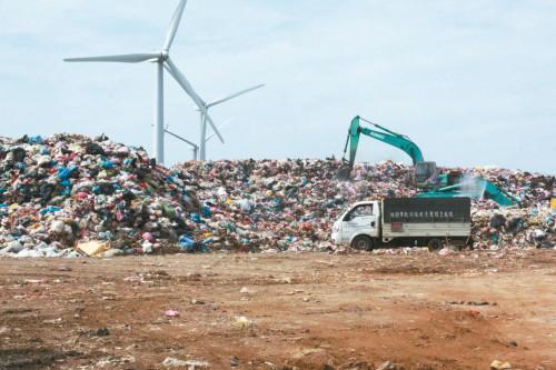 桃园焚化厂火灾造成设施损毁暂无法处理垃圾,大量垃圾暂置的观音垃圾掩埋场已接近饱和,桃园垃圾危机一触即发。(图片来源:台湾《联合报》)