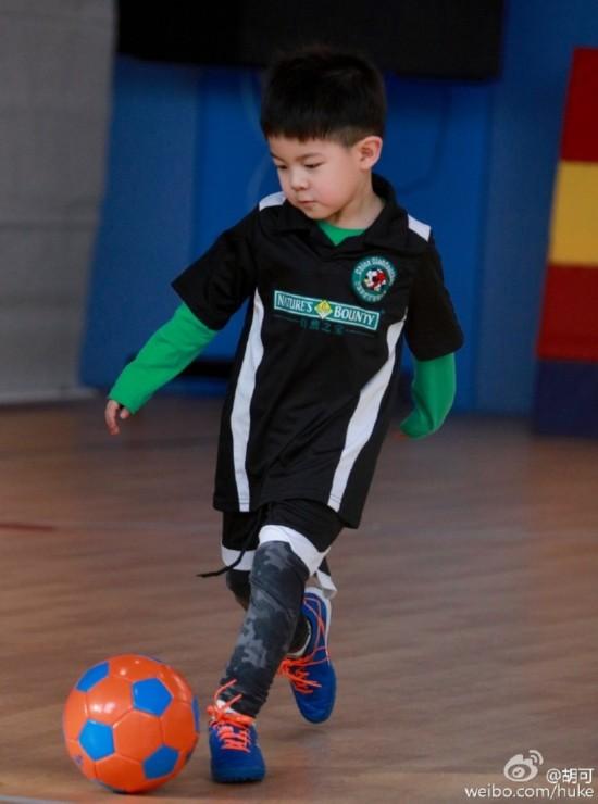 厉害了我的安吉 胡可儿子技能满分 踢足球 跆拳道 高尔夫 骑马个个有模有样