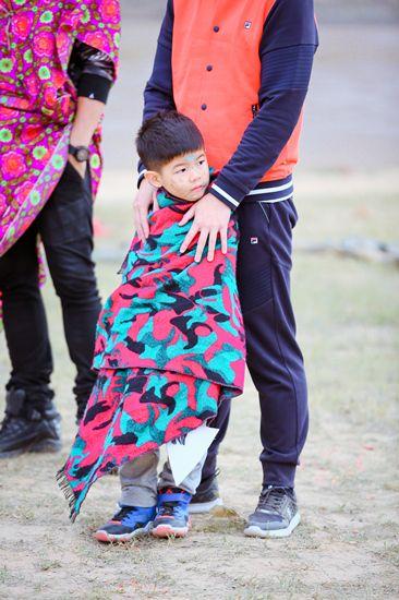 沙溢安吉父子奇葩造型走秀 变身时尚界泥石流