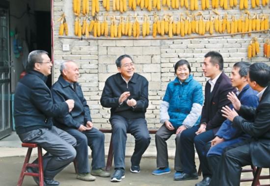 李锦斌在岳西县头陀镇梓树村蹲点走访 与村民