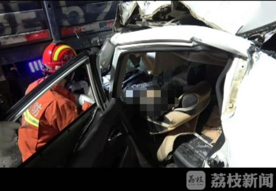 徐州一高速出口发生两车追尾 轿车司机当场死亡