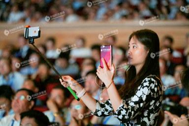 p37 在2016 年哈尔滨太阳岛论坛上,《中国经济周刊》记者对论坛进行网络直播。《中国经济周刊》视觉中心 首席摄影记者肖翊I 摄
