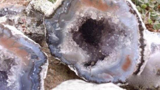 天然水晶球被称为晶洞,是由多种矿物质组成的,里面的东西都可以