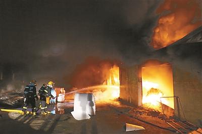 徐州新沂一塑料制品厂失火 一次性餐盒被烧光