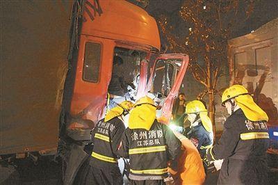 徐州两辆大货车同时变道 后车失控撞前车