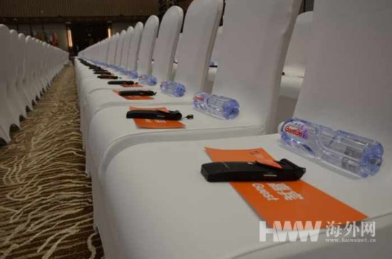 图为第三届世界互联网大会开幕式上每位嘉宾座椅上摆放的翻译设备和
