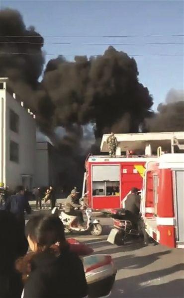 扬州高邮一塑料厂突发大火 浓烟数公里内可见