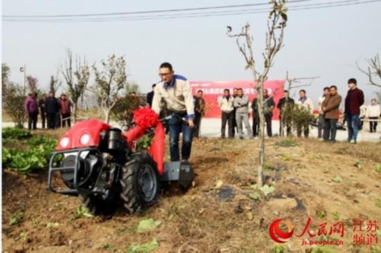 苏美达集团启动精准扶贫 向泗阳赠送11台农机