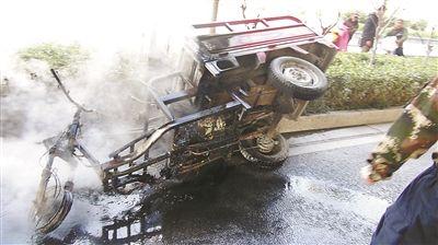 徐州一电动三轮车侧翻着火 所幸无人员伤亡