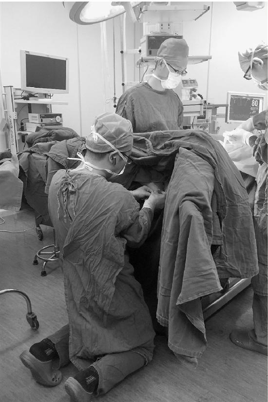 """浙江医生跪在地上替病人手术 称""""不值得一提"""""""