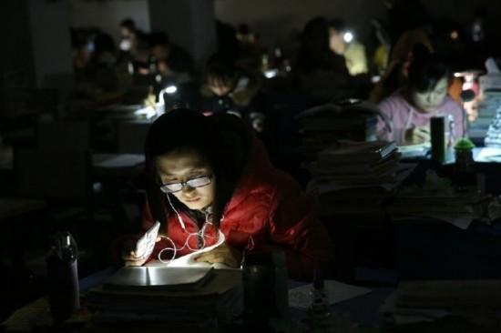 安徽一高校突然停电 考研学生用手机照明继续复习