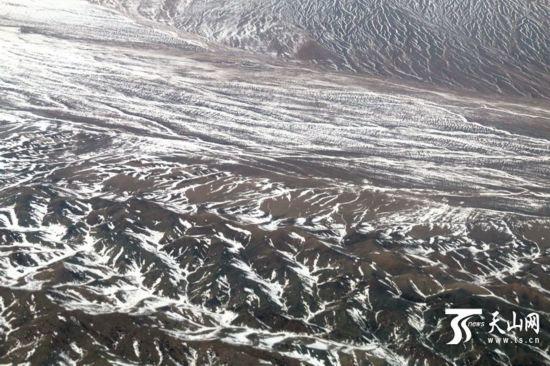 在新疆哈密俯瞰水墨天山(组图)