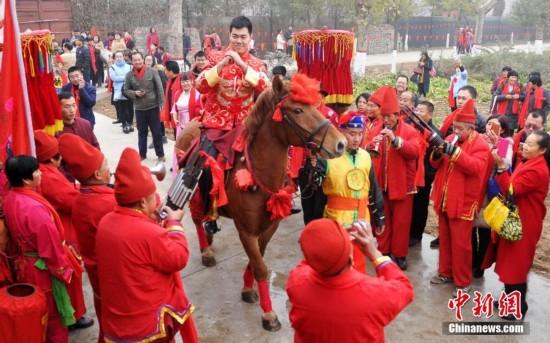 """高头大马、八抬大轿娶媳妇 """"90后""""的中式传统婚礼"""