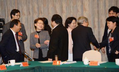 南京代表团在党代会休息间隙相互交流讨论