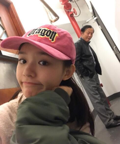 林允晒照她的爸爸站在身后陪着女儿