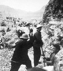 林县人用钢钎铁锤挖开了太行山。