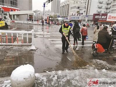 徐州交警加强管控力度 确保雪后道路畅通