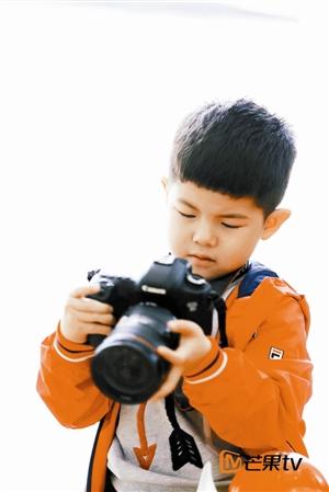 胡可探班《爸爸去哪儿4》 安吉变成小摄影师