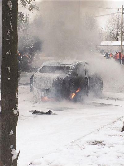 宿迁一轿车顶着积雪自燃 烧得面目全非