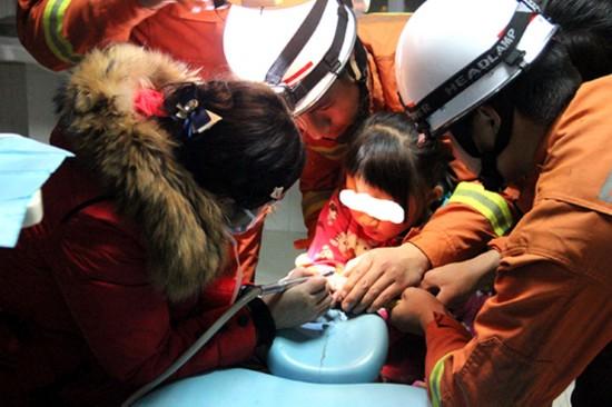 女童放学路上捡铁片套手指。(消防供图)