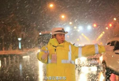 连云港最美女交警大雪中坚守岗位