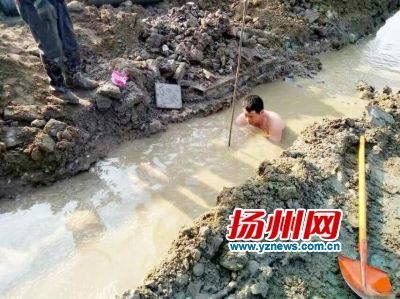 """扬州""""赤膊哥""""寒风中泡水40多分钟抢修自来水管"""