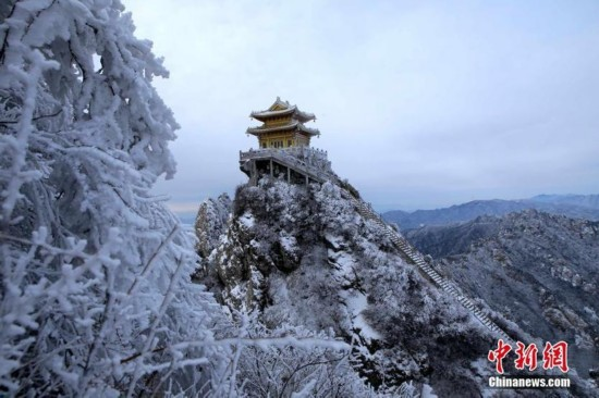 河南老君山降雪 两千米绝壁道观一夜白头美似画卷