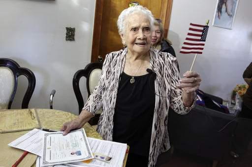 """99岁老人宣誓成为美国公民与""""美国""""同名(图)"""