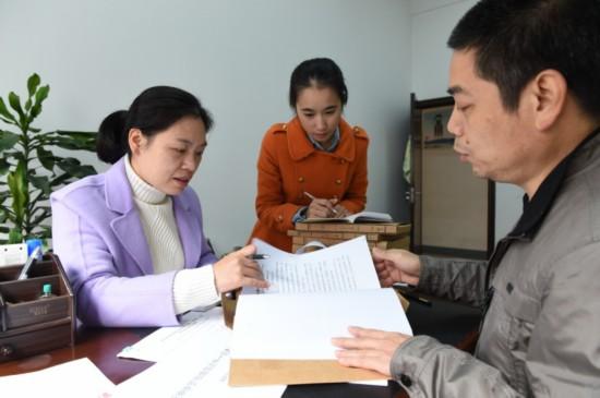 11月24日,福鼎市纪委信访室工作人员在对基层涉及扶贫领域的举报件图片