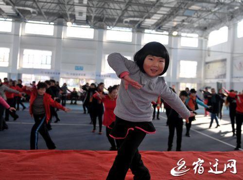 宿迁5岁女娃广场舞舞技超群 连跳3小时不嫌累