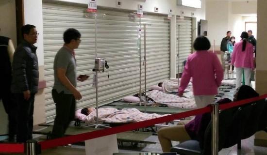 台湾金门近百人食物中毒就医 患者躺地打点滴