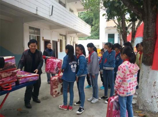 龙州县举行流动人口家庭留守儿童关爱活动