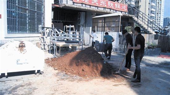 三亚游客举报饭店当街堆放垃圾 城管:予以重罚