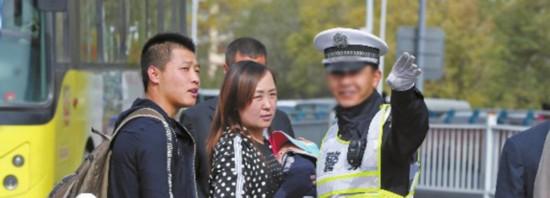 男子冒充警察为人指路 遇上真警察后彻底崩溃了