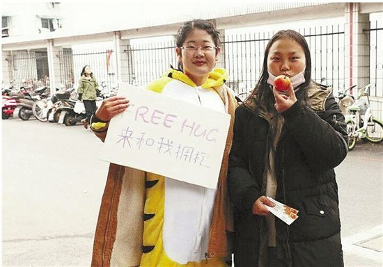 """浙师大五位广告学子,用一次""""Free Hug""""来完成他们的实践作业"""