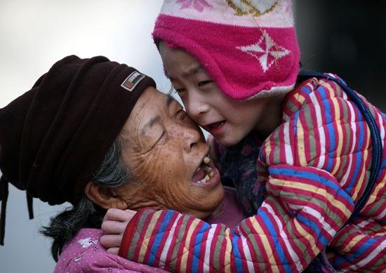 """""""爱心妈妈""""34年先后收养64名弃婴"""