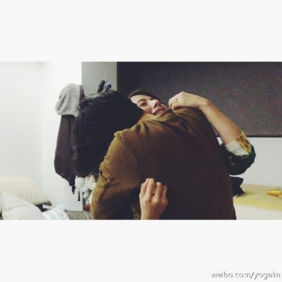 林宥嘉微博晒出自己与丁文琪拥抱的合影