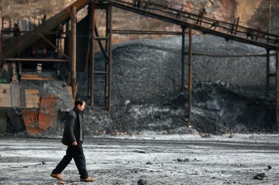 11月29日,王子家经过陶庄煤矿的煤堆。