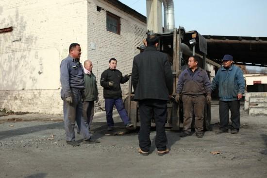 11月29日,留守值班的矿工在商量关井后的生活打算。