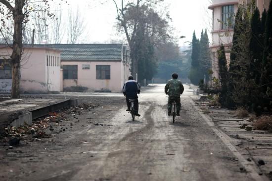 11月29日,两名值班的矿工骑车回家。