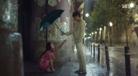 《蓝色大海的传说》李敏镐为全智贤遮雨。