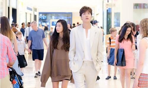 《蓝色大海的传说》李敏镐带全智贤逛商场。